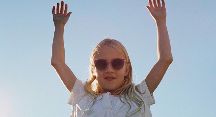 Protéger les yeux des enfants avec des lunettes de soleil